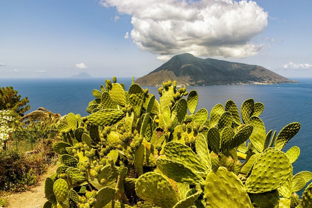 "8 DAYS AEOLIAN ISLANDS PRIVATE GROUP TOUR: ""SCENIC BEAUTY OF CALABRIA & THE AEOLIAN ISLANDS"""